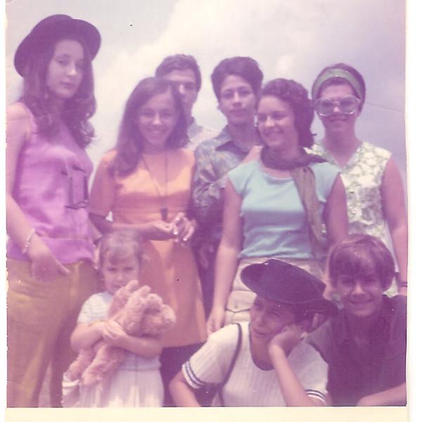 Setembro de 1970 – Aeroporto Tita, Teresa, Saudoso Zé João Mendonça, Nanda Virgilio, Nani Serraventoso, Luisa,  Vandinha Teixeira, gémeo Mendes
