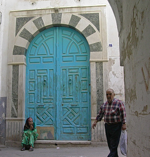 Tiggerkone i Tunismedinaen  Beggar woman in the medina of Tunis (Foto: Ståle)