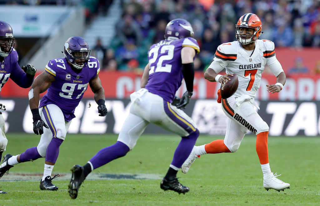 . Cleveland Browns quarterback DeShone Kizer (7) scrambles away from Minnesota Vikings safety Harrison Smith (22) and defensive end Everson Griffen (97) during the second half of an NFL football game at Twickenham Stadium in London, Sunday Oct. 29, 2017. (AP Photo/Tim Ireland)