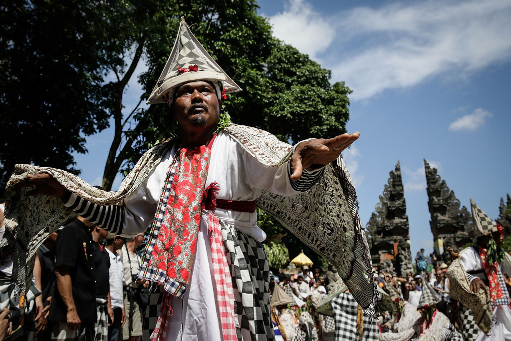 . A Balinese dancer performs Baris Dance at the cemetery during the Royal cremation ceremony on November 1, 2013 in Ubud, Bali, Indonesia. (Photo by Agung Parameswara/Getty Images)