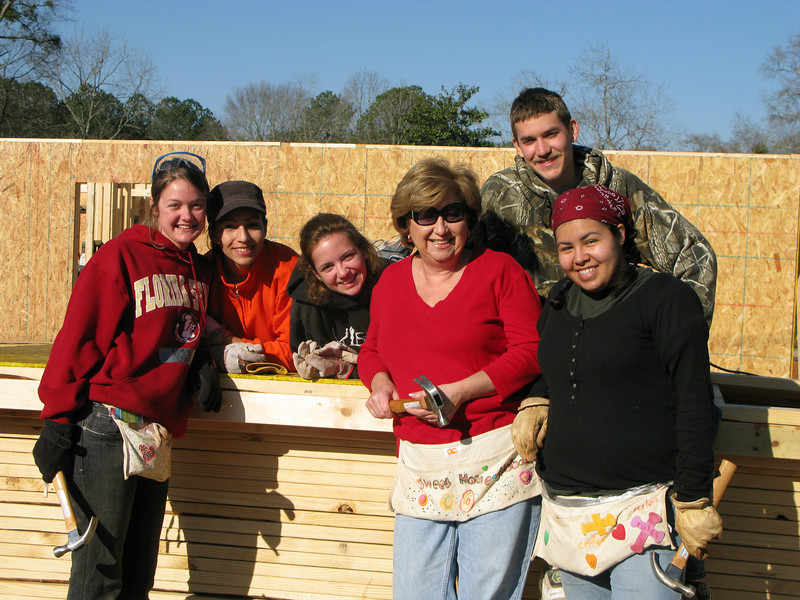 08 03-11 Georgia from New Jersey posing w/FSU student volunteers at 3-house build (ls w/Crowley camera)