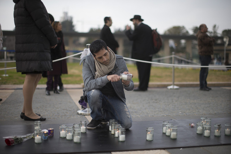 . An Israeli man lights a candle as former Israeli Prime Minister Ariel Sharon lies in state at Knesset Plaza on January 12, 2014 in Jerusalem, Israel. (Photo by Uriel Sinai/Getty Images)