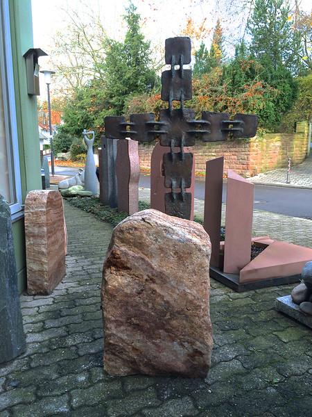Freistehendes Bronzekreuz hinter Qaurzfelsen