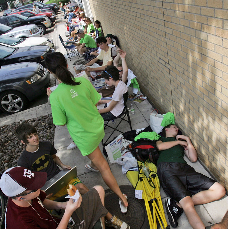 . People line up to buy an iPhone outside an Apple store in Dallas,  Friday, June 29, 2007. The much anticipated phone goes on sale today.   (AP Photo/LM Otero)