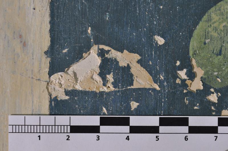 Ausbruch von Malschicht und Gipsgrund. In der Fehlstelle ist ein zweischichtiger Aufbau des Gipsputzes erkennbar. Die untere Schicht hat eine glatte Oberfläche, auf der die obere Schicht nur unzureichend haftet.  DSC_0475