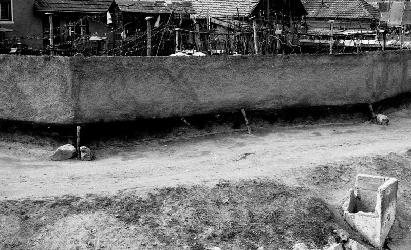 Wall on dirt road Romania v1.1.jpg