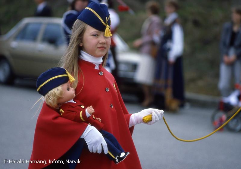 Drilljente med drill-dukke. Sted: Ankenes. Navn:  Lena Schjødt Andreassen. Foto 1984.