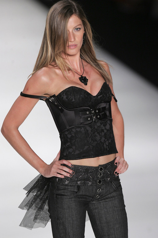 . Brazil\'s top model Gisele Bundchen wears a creation by Colcci during the Sao Paulo Fashion Week in Sao Paulo, Sunday, Jan. 18, 2009. (AP Photo/Andre Penner)