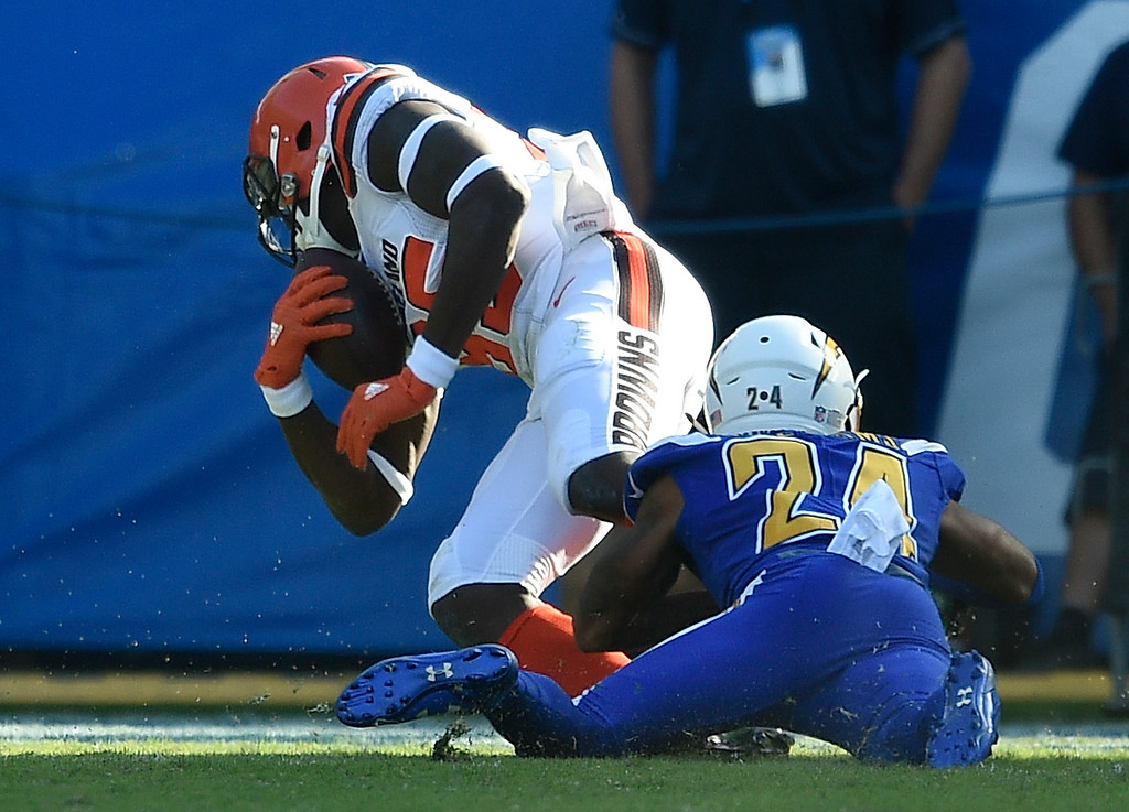 . Cleveland Browns tight end David Njoku scores past Los Angeles Chargers cornerback Trevor Williams during the first half of an NFL football game Sunday, Dec. 3, 2017, in Carson, Calif. (AP Photo/Kelvin Kuo)