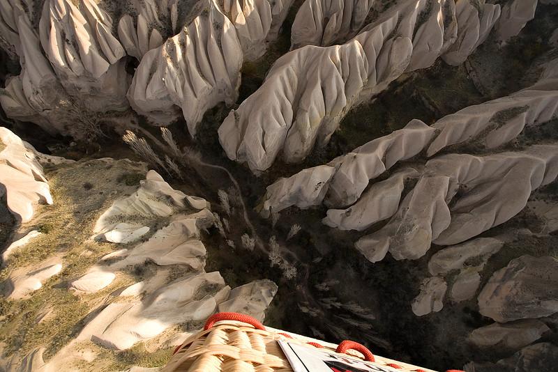 Mit dem Heissluftballon ueber der Landschaft von Kappadokien, Tuerkei / Hot air balloon and shadow in field. Cappadocia. Turkey