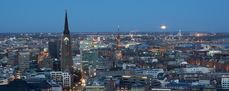 Michel Ausblicke nach Osten am Abend Hamburg mit Mond