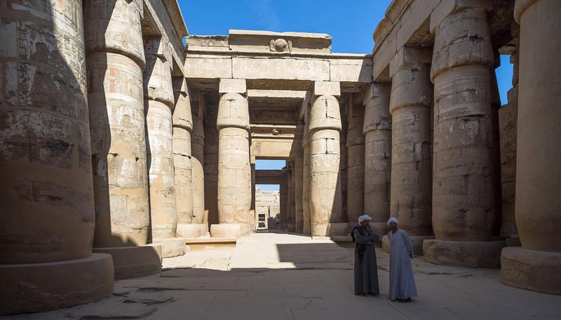 La zona cerrada del Templo de Karnak, con el jefe de obras del Templo y su ayudante