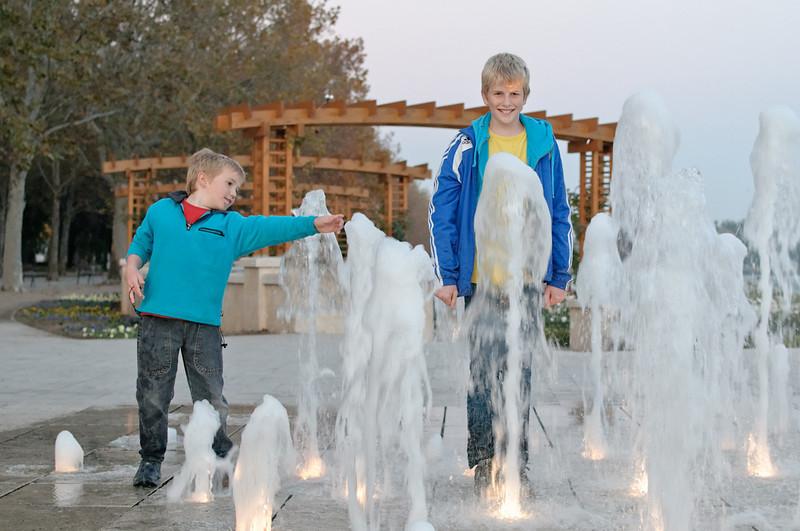 Dass die Kinder bei diesen Wasserspielen nass wurden, ist ja wohl klar.