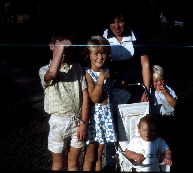 1972-4-2 (29) David 8 yrs 4 mths, Susan 6 yrs 9 mths, Mary, Allen 11 mths & Andrew  2 yrs 8 mths @ Zoo.jpg