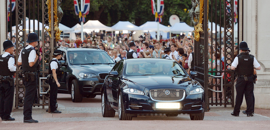 . A Jaguar car is driven into the Forecourt of Buckingham Palace bringing the news to announce the birth of a baby  boy, at 4.24pm to the Duke and Duchess of Cambridge at St Mary\'s Hospital on July 22, 2013 in London, England. (Photo by John Stillwell/WPA Pool/Getty Images)