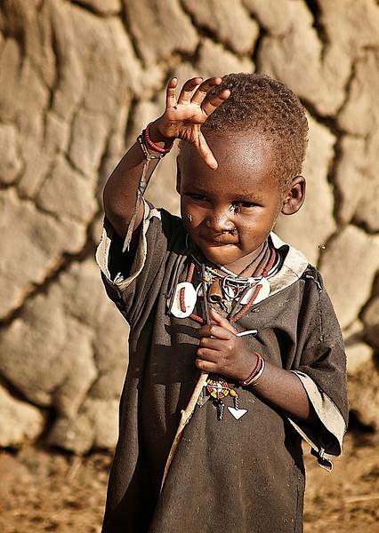 Ung gutt ber om oppmerksomhet. Utenfor Masai Mara, oktober 2006. *** Young boy seeking attention from the visitors. Outside the Masai Mara Reserve, October 2006. (Foto: Geir)