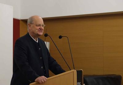 B - Pater Karl Wallner trägt vor
