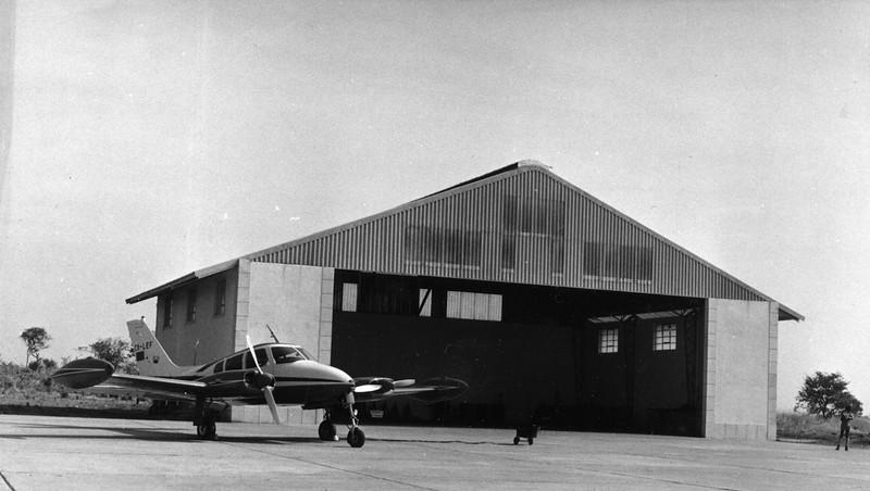 """Cessna 310, o """"Pássaro Azul"""". O primeiro avião da Diamang."""
