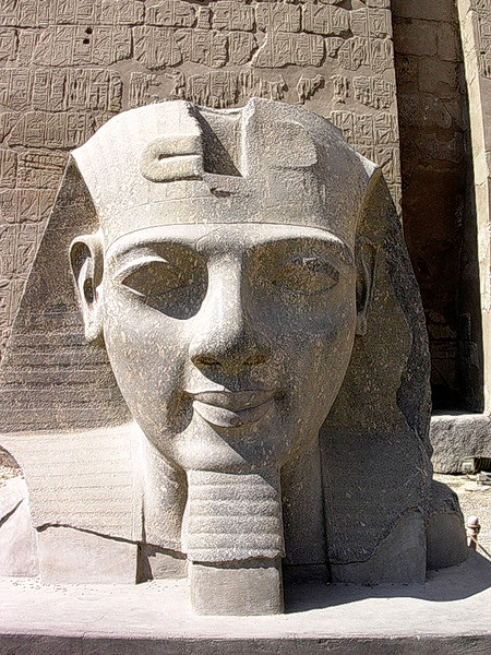 Hode fra Ramsesstatue ved Luxortemplets inngang (Foto: Ståle)