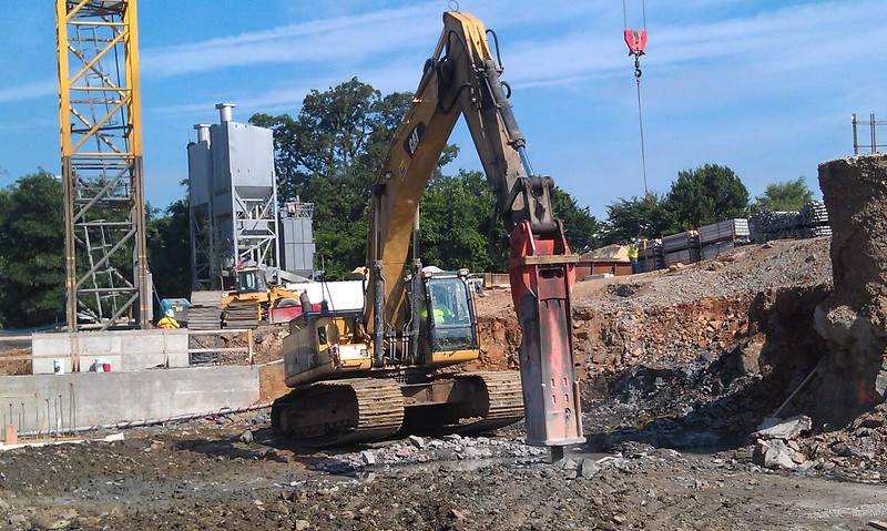 NPK GH30 hydraulic hammer on Cat 345DL excavator (4).jpg
