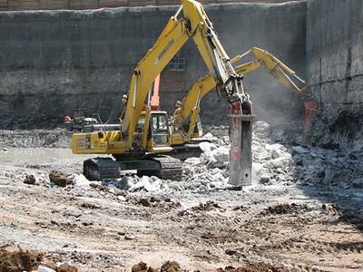NPK GH15 hydraulic hammer on Komatsu excavator (4).jpg