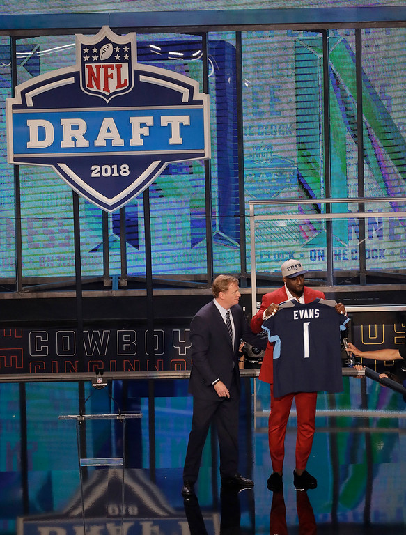 . Commissioner Roger Goodell presents Alabama\'s Rashaan Evans with his Tennessee Titans jersey during the first round of the NFL football draft, Thursday, April 26, 2018, in Arlington, Texas. (AP Photo/Eric Gay)