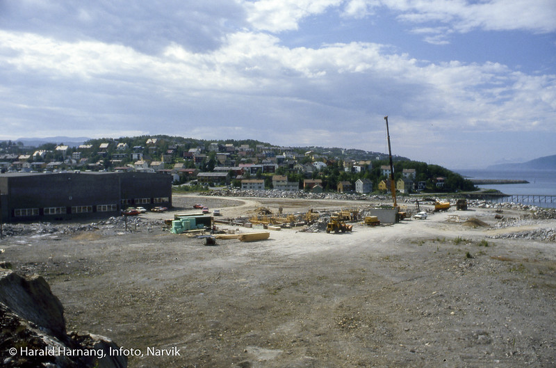VINN-bygget i sin spede begynnelse. Til venstre Kongsberg våpenfabrikk. Bak sees også kaia i Taraldsvik.
