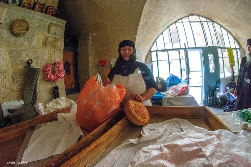 נזירה 2 ולחם הקודש.jpg