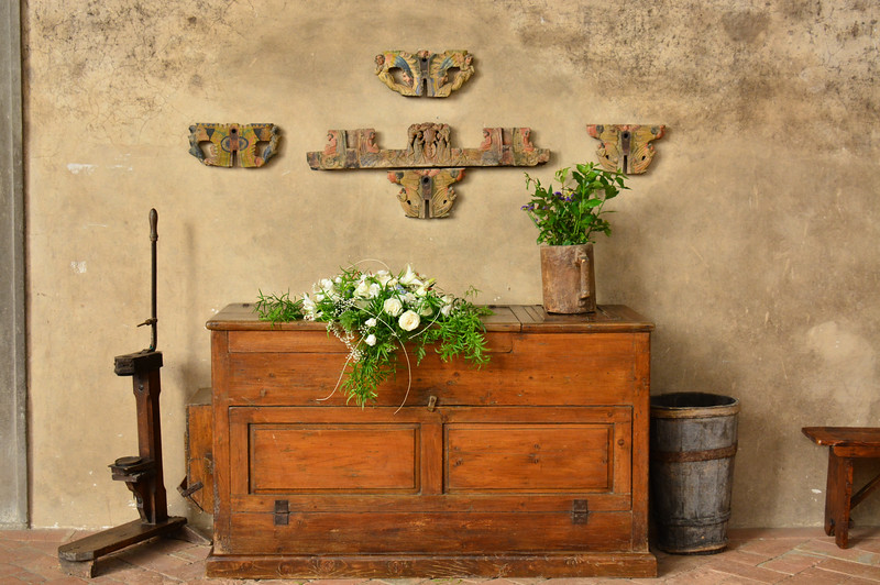 Italy trebbio courtyard chest ws .jpg