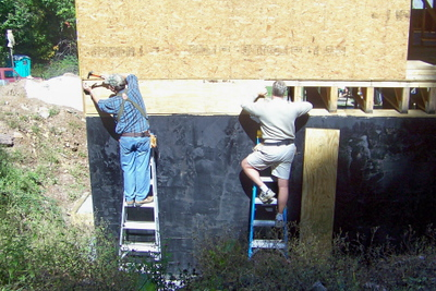 08 10-04 Smyth County President Neil Castrodale putting facia board on foundation assisted by Vice President. wb