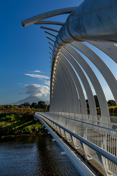 «Te Rewa Rewa Bridge» in New Plymouth, im Hintergrund der Mount Taranaki