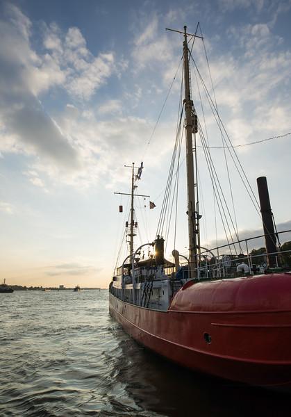 Feuerschiff am Anleger Neumühlen Elbe 3 in der Abendsonne