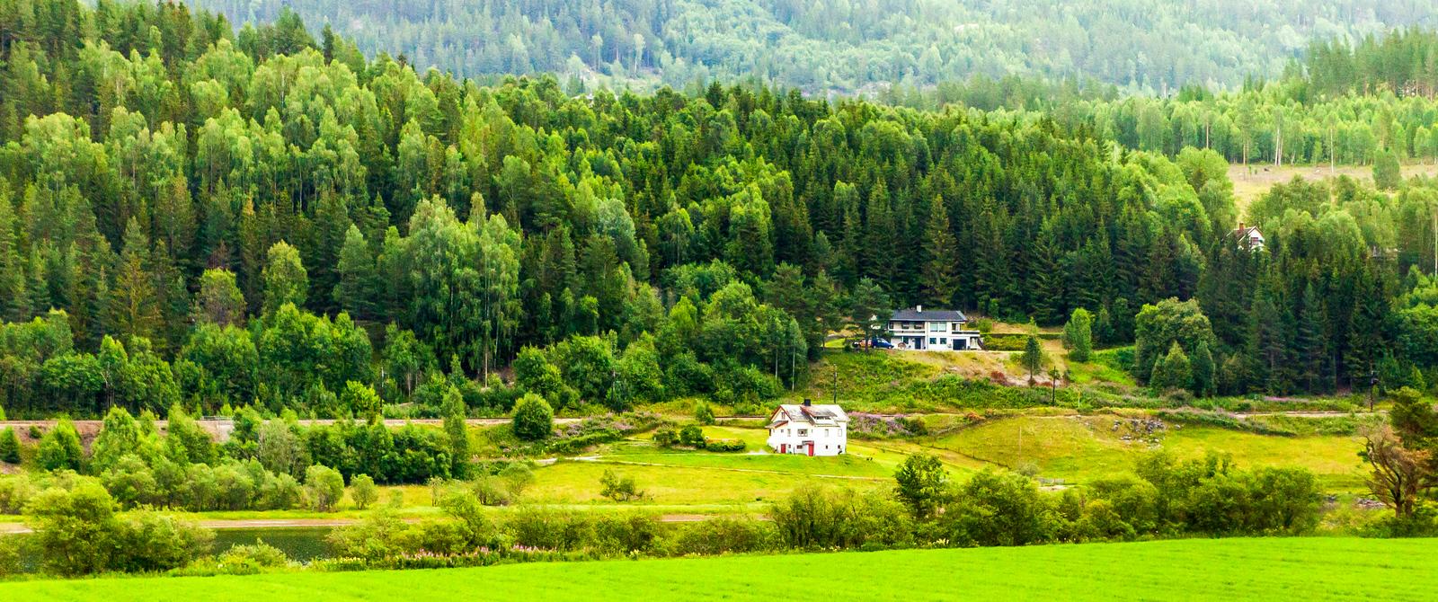 北欧风光,依山傍水的民居