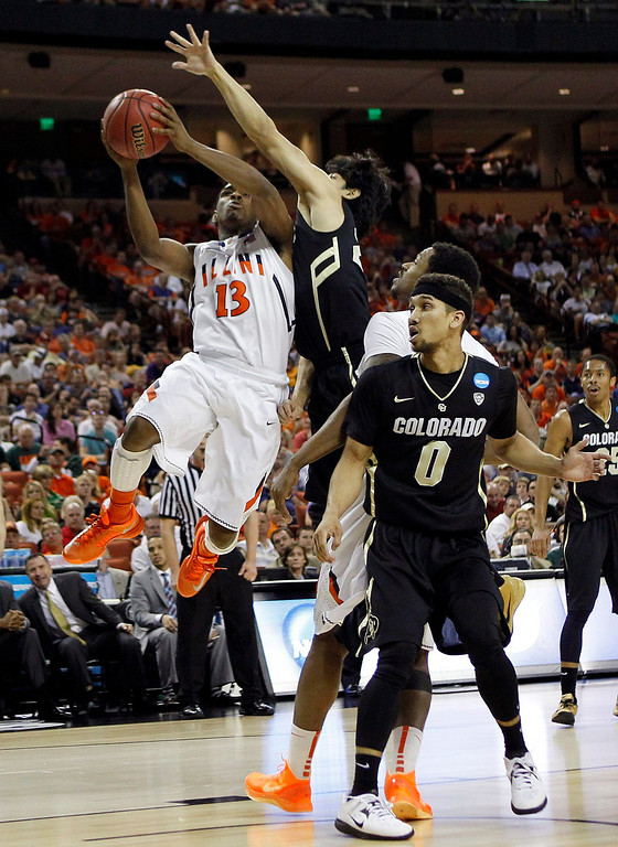 . University of Illinois guard Tracy Abrams (L) goes up for the shot against University of Colorado guard Sabatino Chen (C) as guard Askia Booker is near during the first half of their second round NCAA basketball game in Austin, Texas March 22, 2013.  REUTERS/Mike Stone