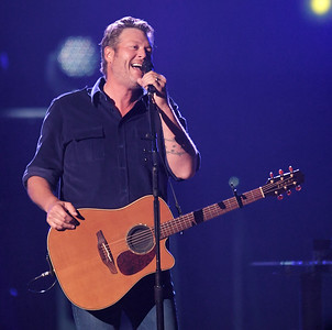Blake Shelton And Friends Play The Well