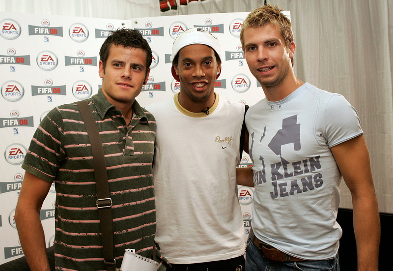 Barcelona's soccer player Ronaldinho poses with Panathinaikos's soccer player Andreas Ivanschitz and Bayer Leverkusen's Tranquillo Barnetta before his motion capture filming for the new game FIFA 08 in Barcelona, May 24, 2007. REUTERS/Albert Gea (SPAIN)