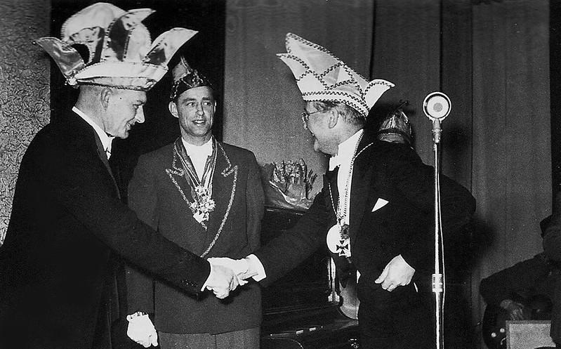 Links: President van St. Anneke, Antoon van Megen, midden Theo Eikmans (Graodus fan Nimwegen), rechts burgemeester Hustinx
