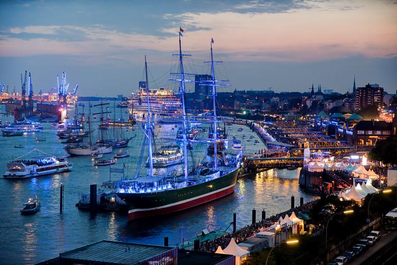Hamburg Cruise Days mit Kreuzfahrtschiffen und blauem Licht Kunstwerk von Michael Batz