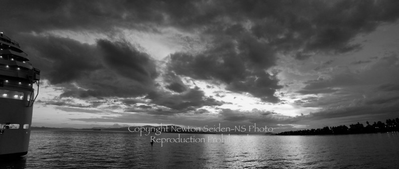 Puenteranas Sunset Ship BW.jpg