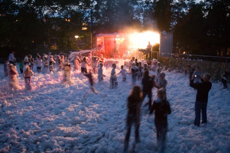 Schuimfeest op het rode plein naast wijkgebouw De Wiek. Najaarsfeest Oranjevereniging Katwijk aan den Rijn.