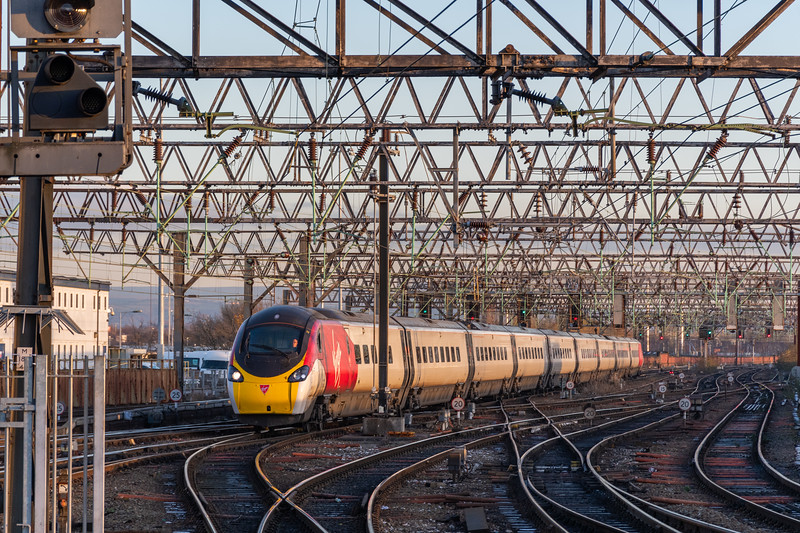 390046 Virgin Trains arrives at Manchester Piccadilly