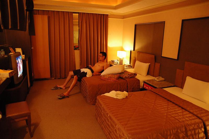 兩張算是單人床的房間要擠三個人,辛苦其他兩位了(不巧剛好今晚輪到小弟單獨睡一張床)