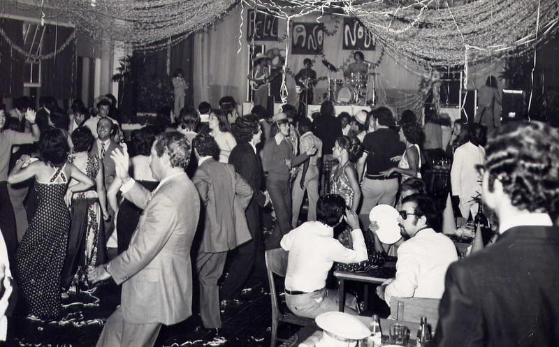 Fim do Ano 74-75 ? Familia Sérgio,Valente, Bilocas, Luis Mendes, Moura Ferreira ( canto inf. direito)