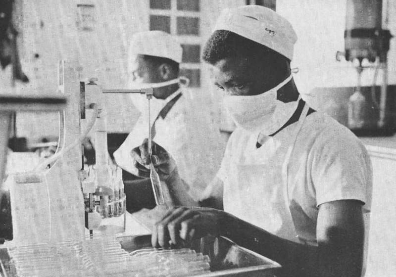 Enchimento de ampolas no Laboratório Farmacêutico