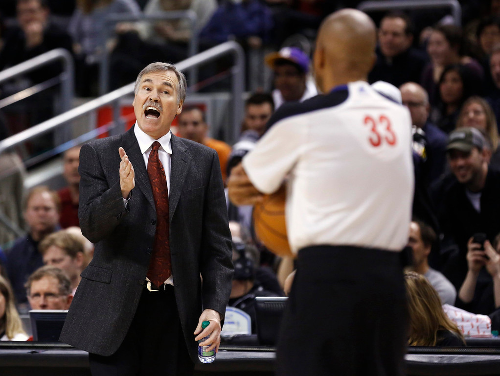 . Los Angeles Lakers head coach Mike D\'Antoni reacts to a call against the Toronto Raptors during the first half of their NBA basketball game in Toronto, January 20, 2013.     REUTERS/Mark Blinch