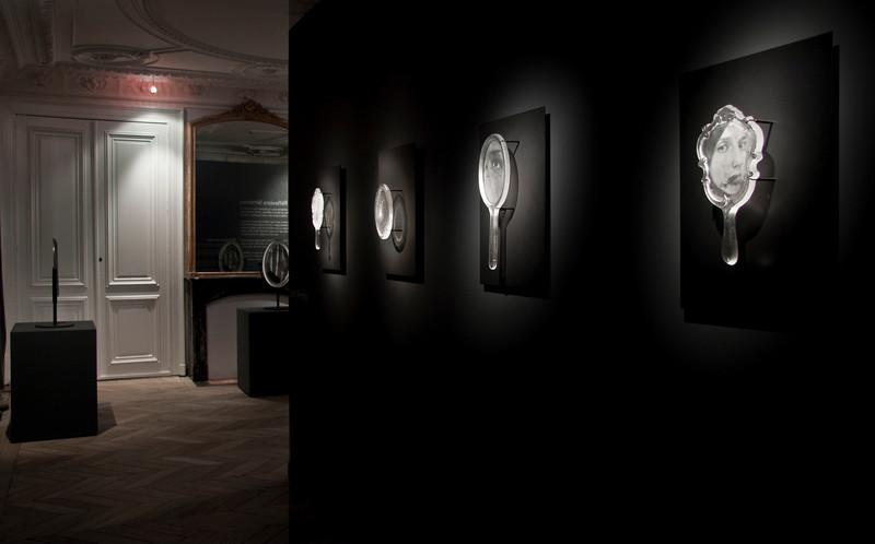 Musée du Verre | Exposition des sculptures en verre de LaMonte de robes et de miroirs