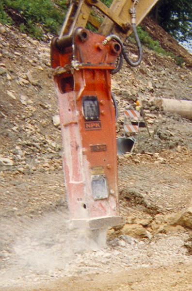 NPK E220 hydraulic hammer on excavator (1).jpg