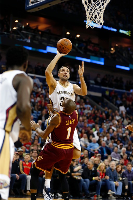 . New Orleans Pelicans forward Ryan Anderson (33) shoots over Cleveland Cavaliers guard James Jones (1) in the second half of an NBA basketball game in New Orleans, Friday, Dec. 4, 2015. The Pelicans won 114-108 in overtime. (AP Photo/Gerald Herbert)