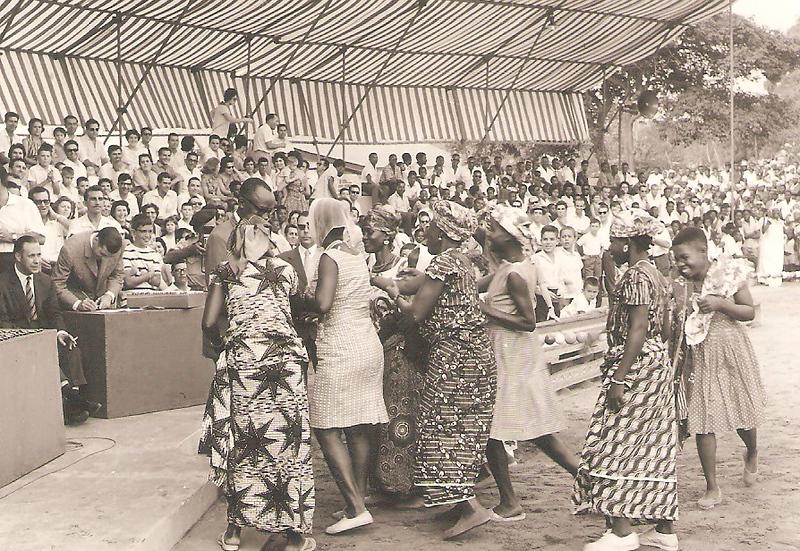 Festa Grande no Dundo Homenageado rodeado pelas suas mulheres 1964