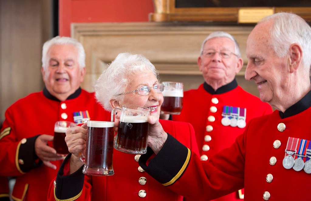 . Chelsea pensioners toast the birth of a baby boy born to Britain\'s Prince William and Catherine, Duchess of Cambridge at the Royal Chelsea Hospital in London July 23, 2013.  REUTERS/Neil Hall